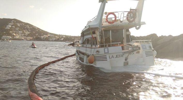 Emergencias activa el plan contra la contaminación por un barco encallado en Santa Eulària