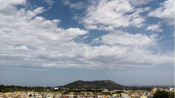 Intervalos de nubes medias y altas de ayer.