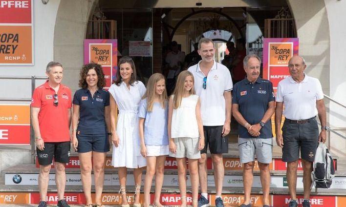 Los Reyes y sus hijas hacen su primera aparición en el Real Club Náutico de Palma