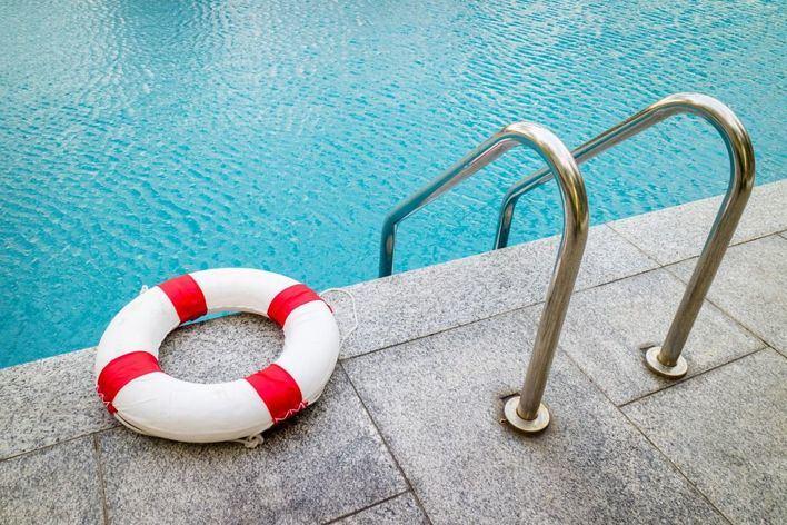 Un socorrista rescata a una niña inconsciente en una piscina de Calvià