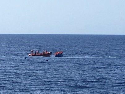 El Open Arms rescata a 55 personas de una patera que se hundía en el Mediterráneo