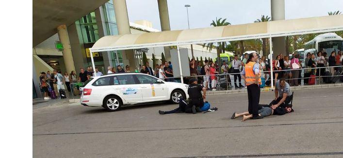 Dos jóvenes suizos detenidos por intentar agredir a varios policías en el aeropuerto de Palma