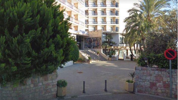 Fallece un hombre tras precipitarse desde la tercera planta de un hotel de Cala Mayor