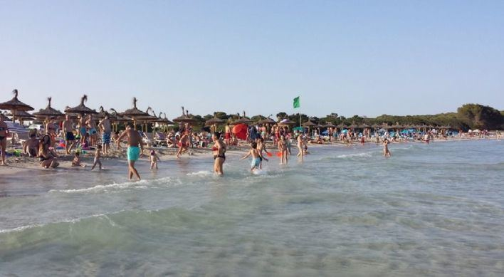 El GOB denuncia la sobreocupación de sombrillas y tumbonas en la Playa de sa Coma