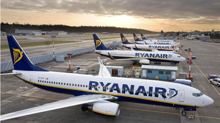 Ryanair empieza a cerrar bases y los tripulantes de cabina anuncian huelgas