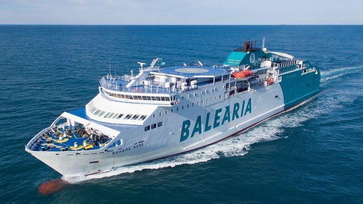 Un ferry de Balearia choca contra un velero en Ciutadella
