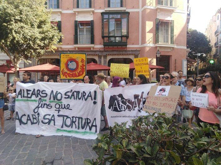 Los animalistas protestan este viernes en el Coliseo Balear para reclamar el