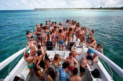 Acotur denuncia vandalismo y borracheras en los party boats por falta de controles