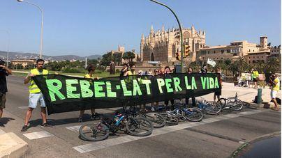 Extinction Rebellion Mallorca corta el tráfico del Paseo Marítimo