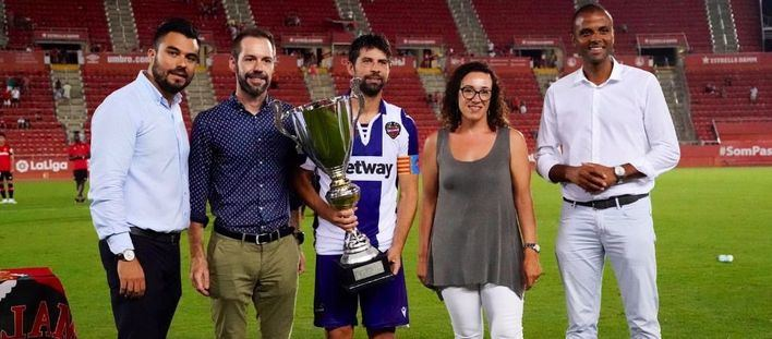 El Levante UD levanta la copa del Ciutat de Palma