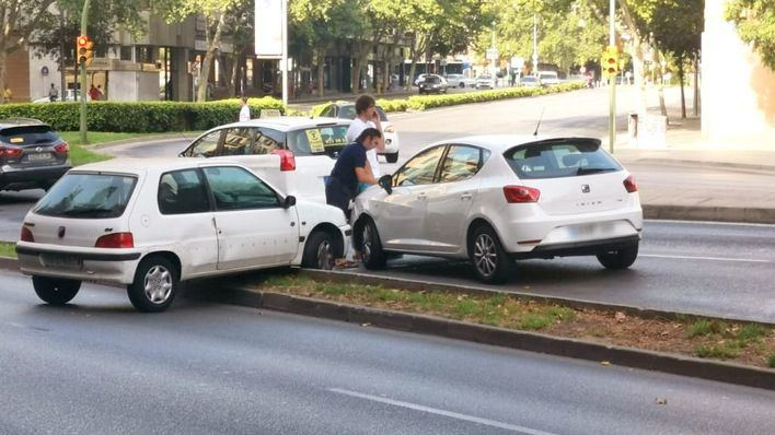 Espectacular accidente frente a la plaza del Tubo de Palma