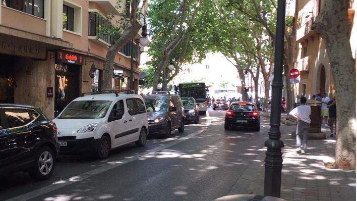 Colas en la entrada al aparcamiento de la Plaza Mayor