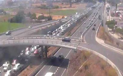 Descomunal atasco en la autopista del aeropuerto por un accidente