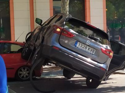 Aparatoso accidente entre dos coches frente a la Plaza Fleming en Palma