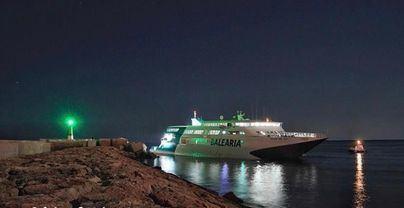 Encalla un ferry de Baleària que hacía la ruta Palma-Dénia