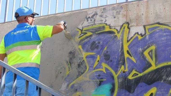 Un operario de Emaya eliminando una pintada en El Barrio de La Soledad.