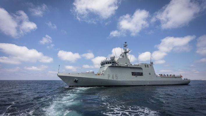 El buque 'Audaz', que recogerá a los inmigrantes del Open Arms