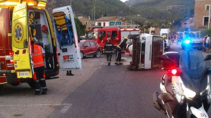 Una furgoneta vuelca tras un aparatoso accidente en Sóller