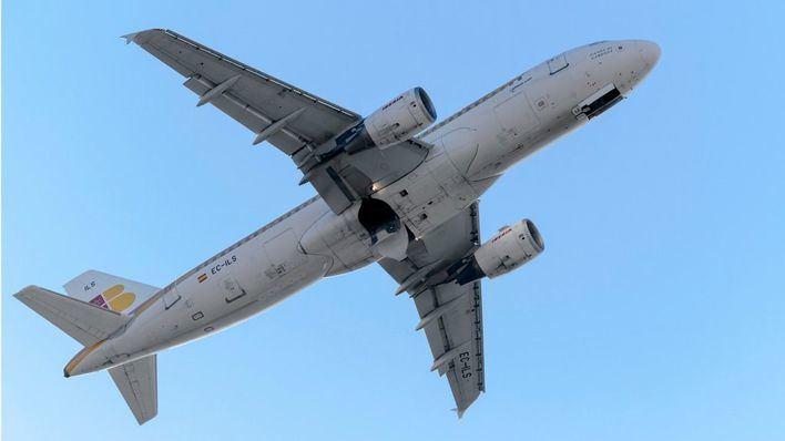 35 pasajeros atendidos en Barajas tras caer 300 metros en picado el avión en el que viajaban
