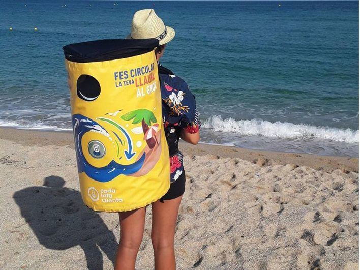 Cort implanta la campaña 'Fes circular la teva llauna al groc' en las playas de la ciudad