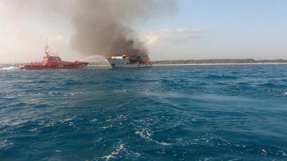 El yate que ardió en Es Trenc se hunde frente a Cabo Blanco cuando era remolcado