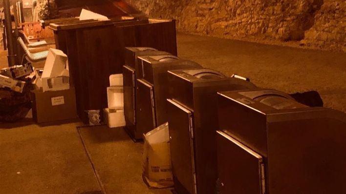 Presentan tres denuncias contra locales de Ibiza por depositar basura en la calle