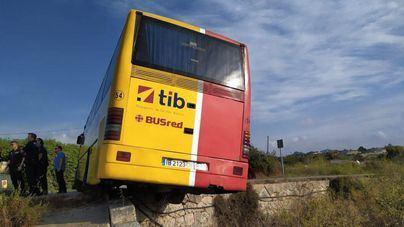 Cerrada la carretera de Son Servera tras salirse de la calzada un autobús