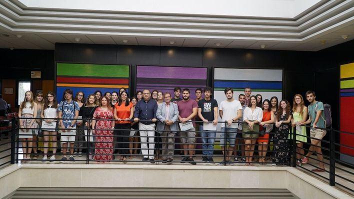 El Ayuntamiento de Calvià entrega los diplomas a los 39 becarios que han finalizado su formación