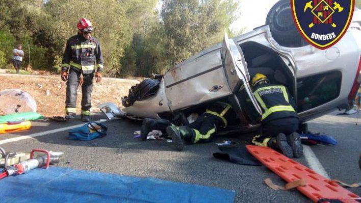 Los bomberos rescatan a una mujer tras volcar con su coche en la carretera de Pollença