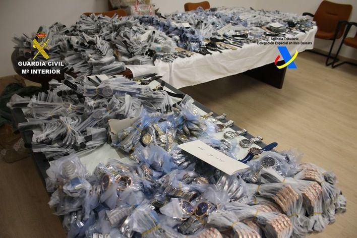 Interceptan 1.800 relojes falsos que iban a venderse en Alcúdia