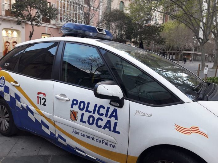 Un policía local fuera de servicio salva a un anciano de ser atropellado en la autopista de Inca