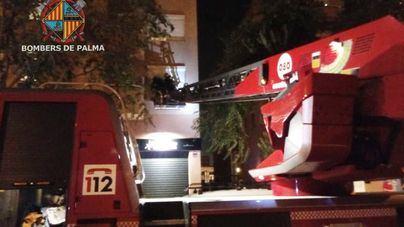 Los bomberos rescatan en Palma a una mujer atrapada en un balcón con su bebé dentro de casa