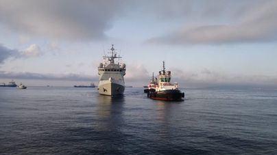 El buque 'Audaz' llega al puerto de Cádiz con los 15 migrantes