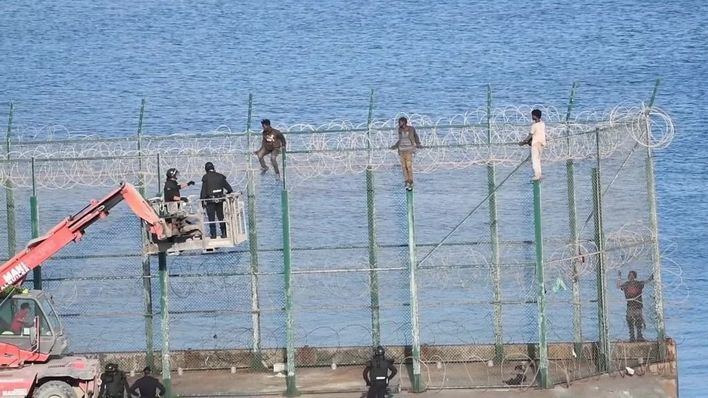 153 migrantes saltan la doble valla de Ceuta