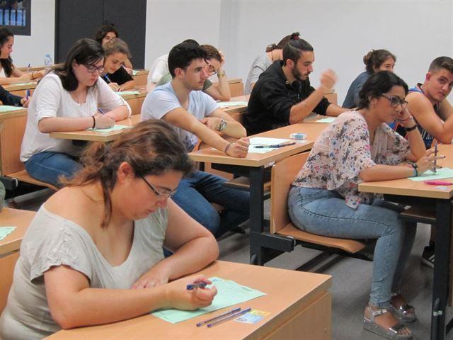 Cort presenta un folleto informativo con los cursos de Catalán en chino, árabe, y alemán