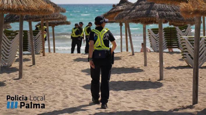 Nuevo operativo de la Policía Local contra la venta ambulante en Playa de Palma