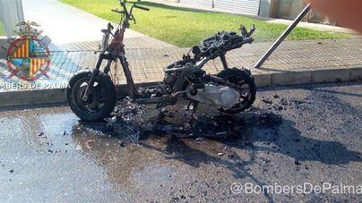 Arde una motocicleta en una calle de Palma