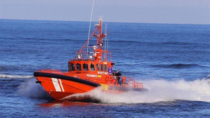 Rescatadas cinco personas tras volcar su motora mientras navegaban frente a Can Pastilla