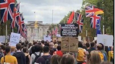 Miles de británicos salen a la calle y claman contra la clausura del Parlamento