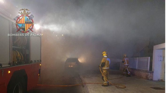 Arde un vehículo tras estrellarse contra una farola en Palma