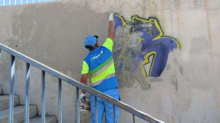 Emaya elimina pintadas vandálicas en 15 espacios públicos de Palma