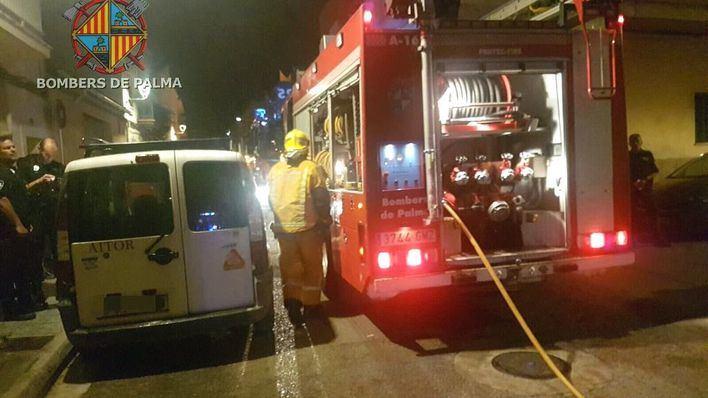 Rescatan a un bebé de 20 días y su familia en un incendio en Palma