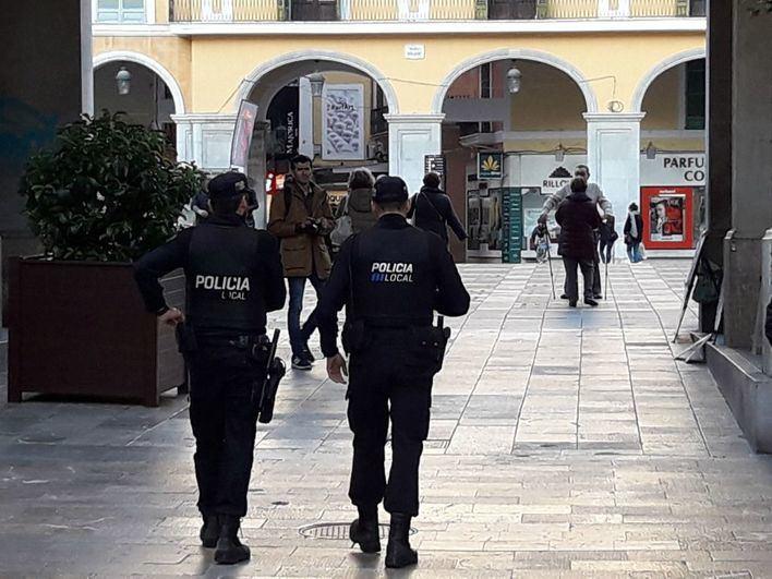 Detenidos tras amenazar a un hombre con una botella de cristal rota y dañar dos vehículos