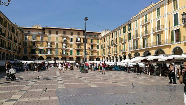 El Ayuntamiento se da hasta final de año para decidir qué hace con la galería comercial de Plaza Mayor