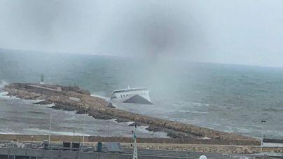 La 'gota fría' hunde el ferry encallado de Dénia