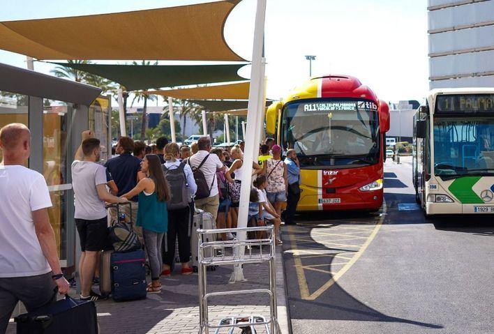 El transporte interurbano suma quejas por el mal tiempo y la llegada de turistas