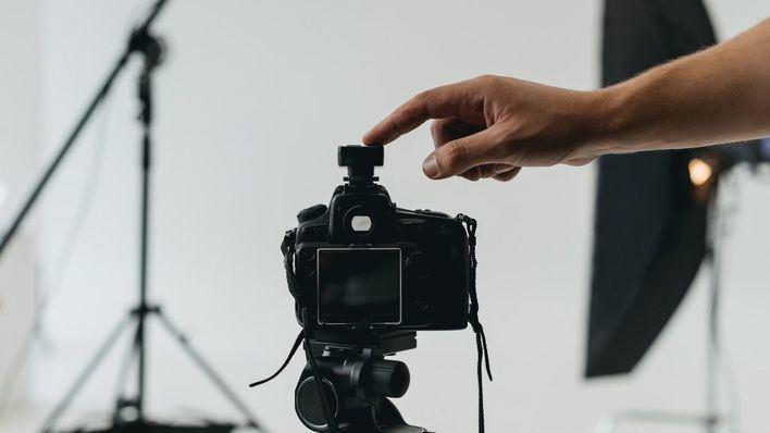 Detenido un fotógrafo profesional por engañar a 43 menores para crear contenido pornográfico infantil