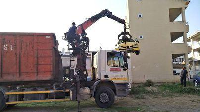 Retiran nueve vehículos abandonados cerca del Centro Cívico de la Colònia