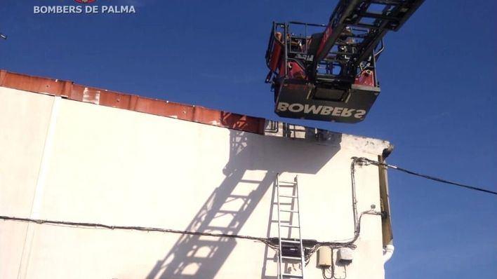 Bombers de Palma rescatan a un trabajador atrapado en un tejado