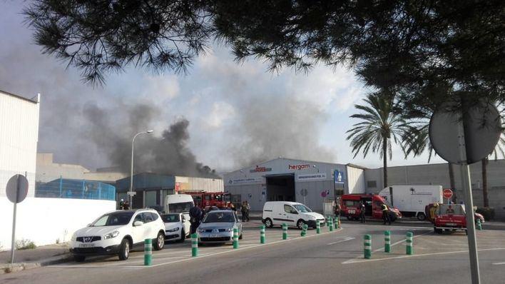 Diez intoxicados por inhalación de humo en un gran incendio en el polígono de Marratxí
